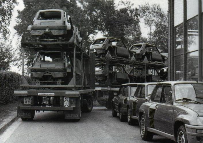 Les caisses de R5 Turbo arrivent à Dieppe.