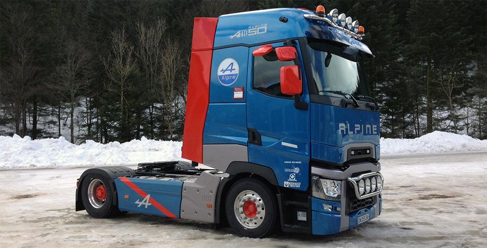 Un camion aux couleurs d'Alpine