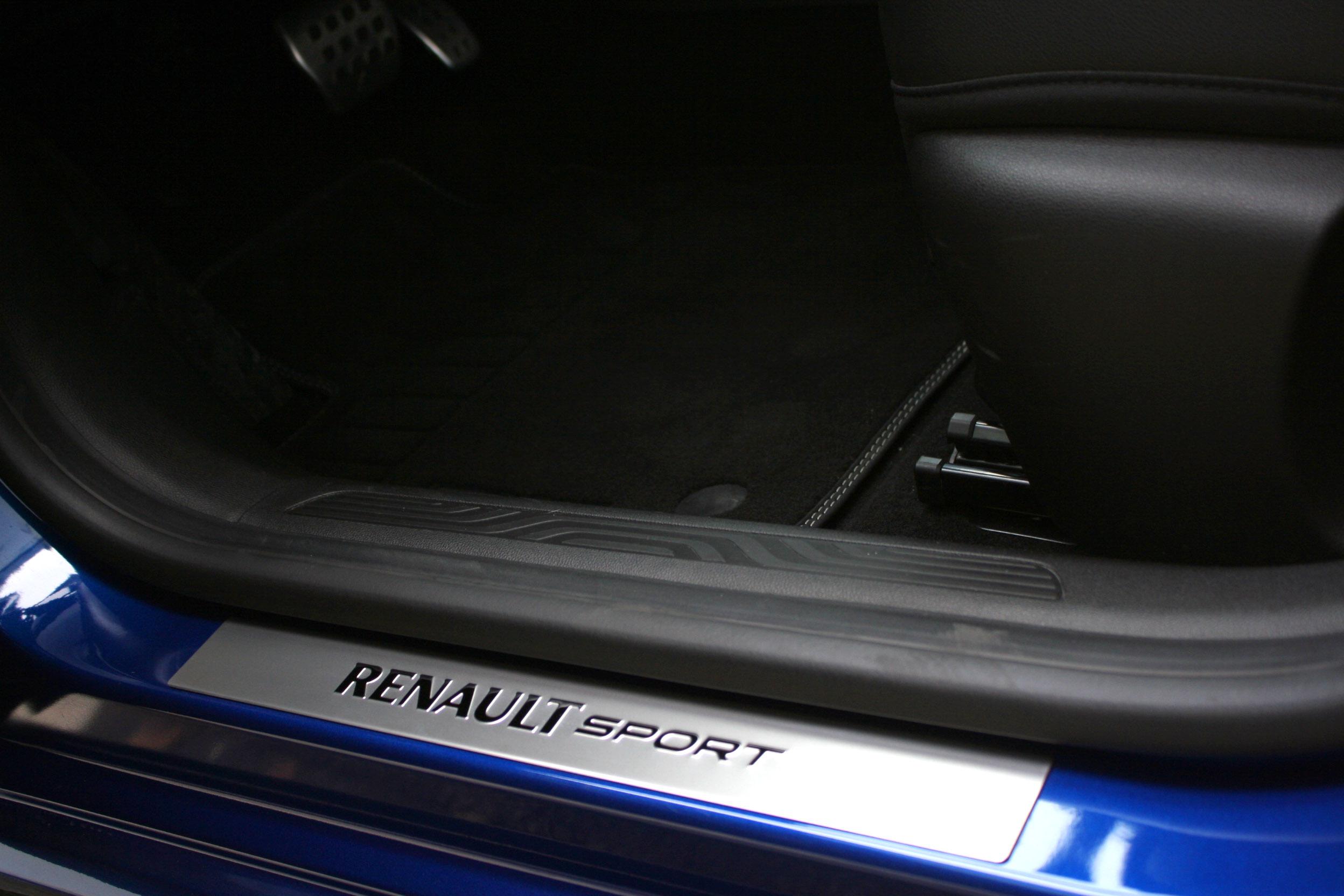 Renault Megane GT 2016 - Photo intérieur, passage de porte, logo Renault Sport