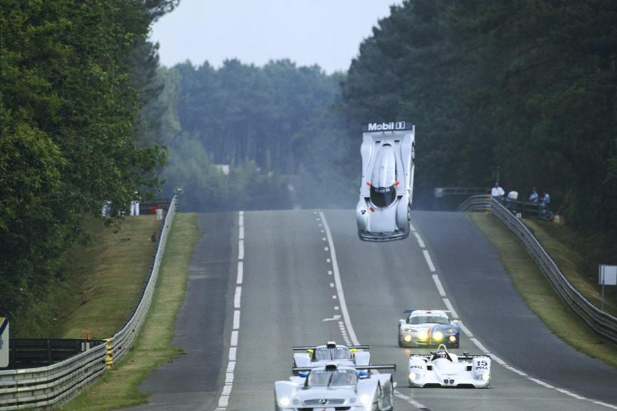 La Mercedes CLR de Mark Webber s'envolant sur Indianapolis, lors des 24 heures du Mans 1999. Photo : Frédéric Le Floc'h / DPPI