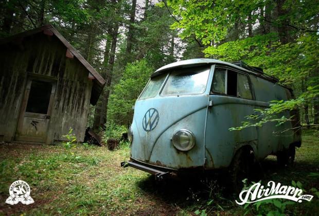 VW Combi RESURRECTION - Rescue of a VW 1955 panelvan - Forest find Un passionné découvre un VW Combi abandonné dans la montagne. Il le redémarre et le sauve après 40 ans d'abandon.
